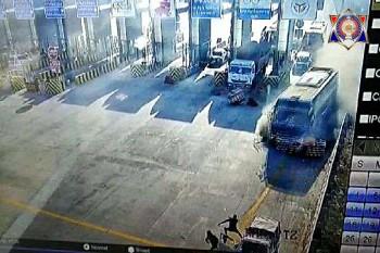 टोल प्लाजा पर बेकाबू हुई टूरिस्ट बस बैरियर तोड़ पुलिसवैन से टकराई