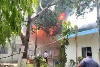 छात्रा का संदिग्ध परिस्थितियों में घर के बाहर मिला जला हुआ शव
