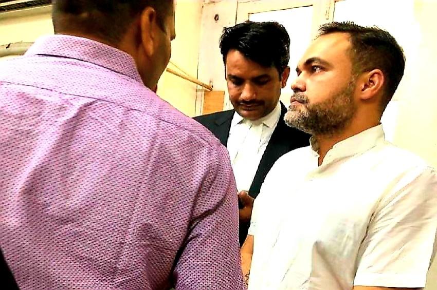 दिल्ली और यूपी पुलिस खोजती रही, फरार आशीष ने कोर्ट में किया सरेंडर