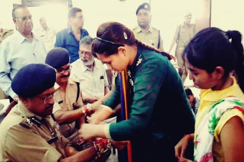 मेरठ एससपी और एसपी सिटी ने अनाथालय जाकर मनाया रक्षाबंधन
