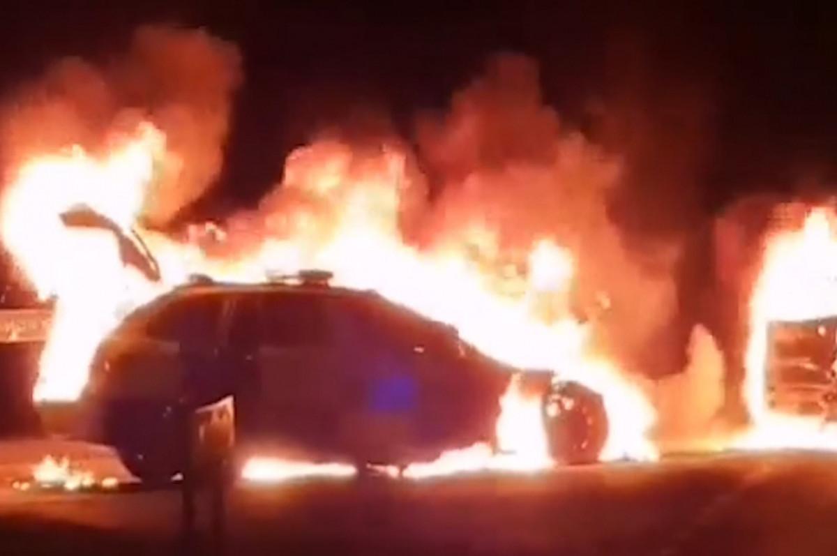 मऊ में युवक की हत्या से बवाल, आक्रोशित ग्रामीणों ने फूंके पुलिस वाहन... आरोपी फरार