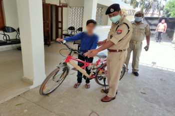 ग्रेट जॉब DIG राकेश सिंह... नई साईकिल देख बच्चे के चेहरे पर बढ़ गई मुस्कान