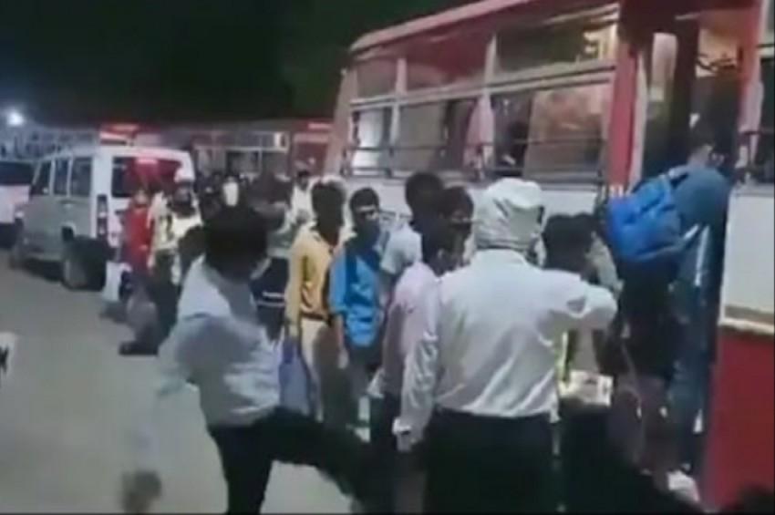 प्रवासी मजदूर को अफसर द्वारा लात मारने की वीडियो वायरल होने पर डीएम ने दी सफाई