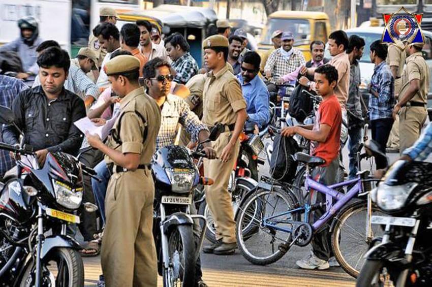 आमजन का इंश्योरेंस चेक करने वाली पुलिस की खुद की सरकारी गाड़ियों का नहीं होता इंश्योरेंस