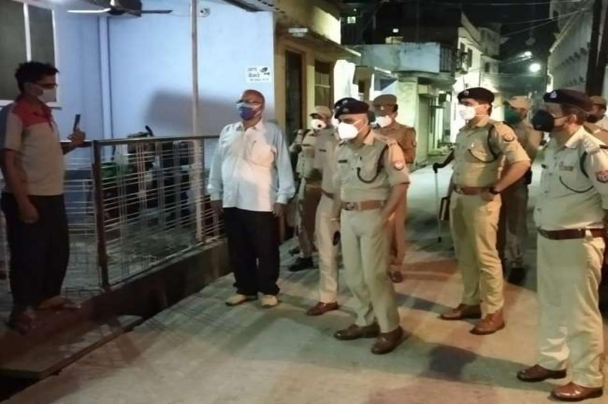 अरे भाई साहब, आप ठीक तो हैं... कुशलक्षेम पूछने सड़क पर उतरी गोरखपुर पुलिस