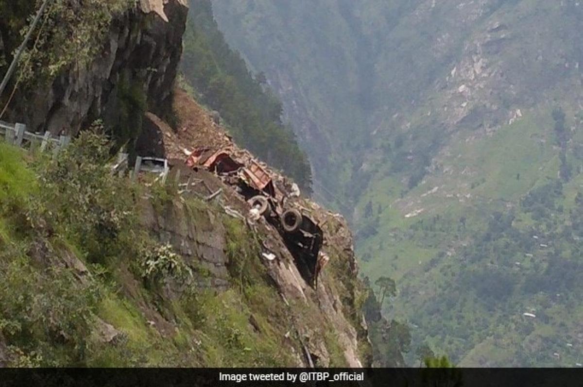 HIMANCHAL PRADESH के किन्नौर में खिसका पहाड़, 6 गाड़ी मलबे में दबे, 40 लोगों के फंसे होने की आशंका