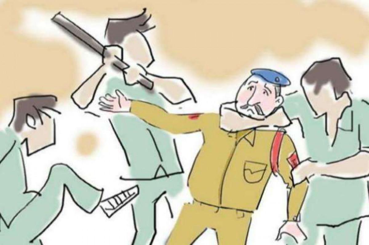 एक बार फिर हुआ पुलिस पर हमला, दरोगा से पिस्टल छीनने की कोशिश