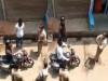 वाह री यूपी पुलिस, हेलमेट वाले व्यक्ति को बाइक से उतारकर दूसरे को बिठाकर काटा 2500 का चालान, वीडियो वायरल